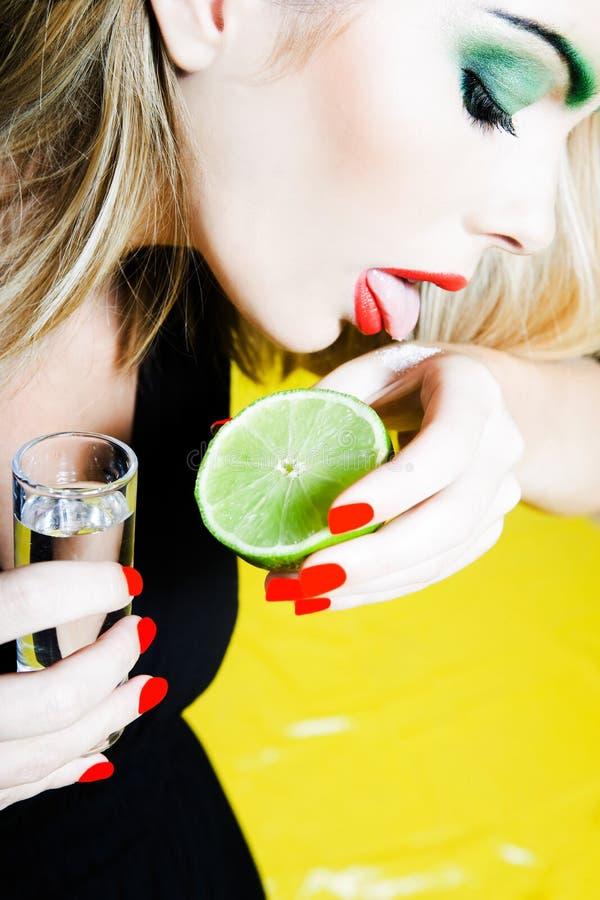 Mulher que bebe Tequilla fotos de stock royalty free