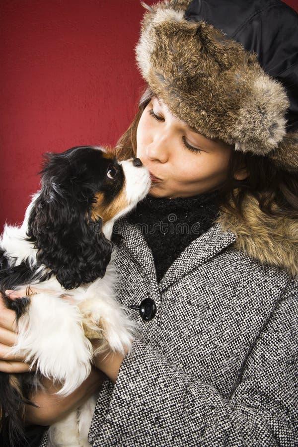 Mulher que beija o cão. imagens de stock royalty free