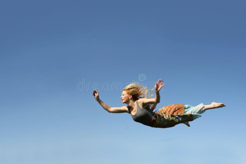 Mulher que cai através do céu fotografia de stock