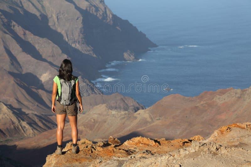 Mulher que caminha em crateras vulcânicas superiores em St Helena imagem de stock