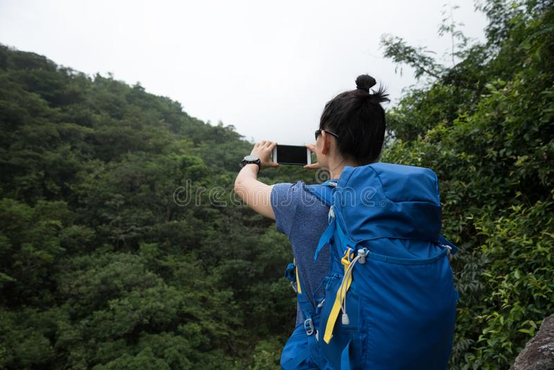 Mulher que caminha em Forest Taking um Selfie fotos de stock royalty free