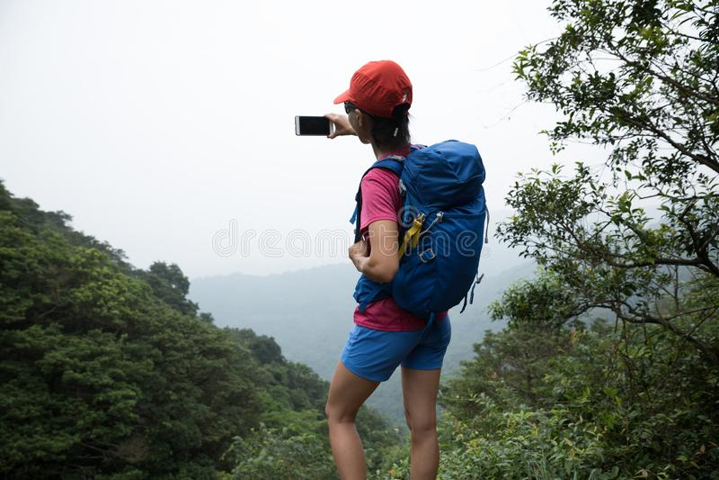 Mulher que caminha em Forest Taking um Selfie fotografia de stock royalty free