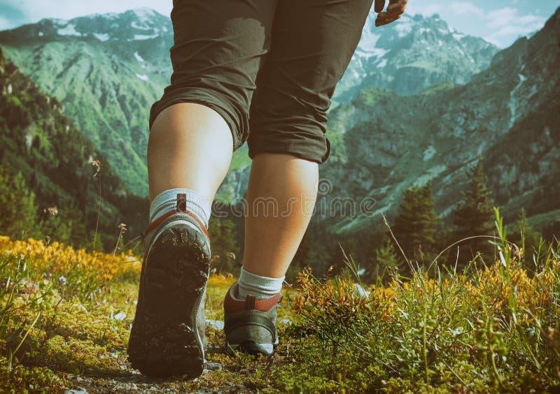 Mulher que caminha nas montanhas fotos de stock