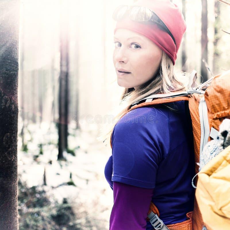 Mulher que caminha o acampamento na luz solar da floresta do inverno do vintage fotos de stock
