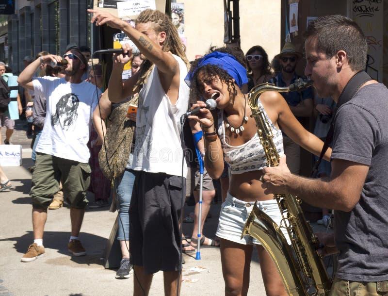 Mulher que canta com um grupo da música na rua foto de stock