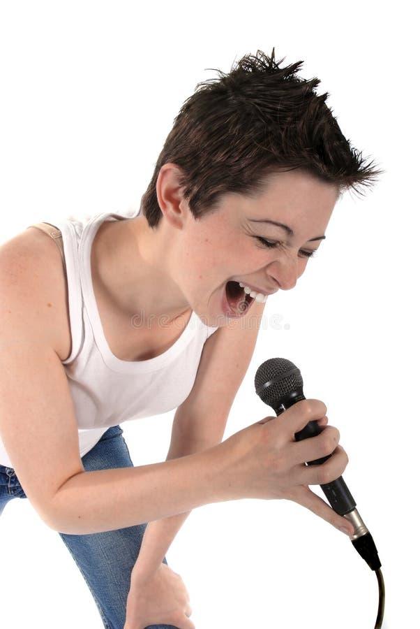 Mulher que canta em um microphon fotos de stock