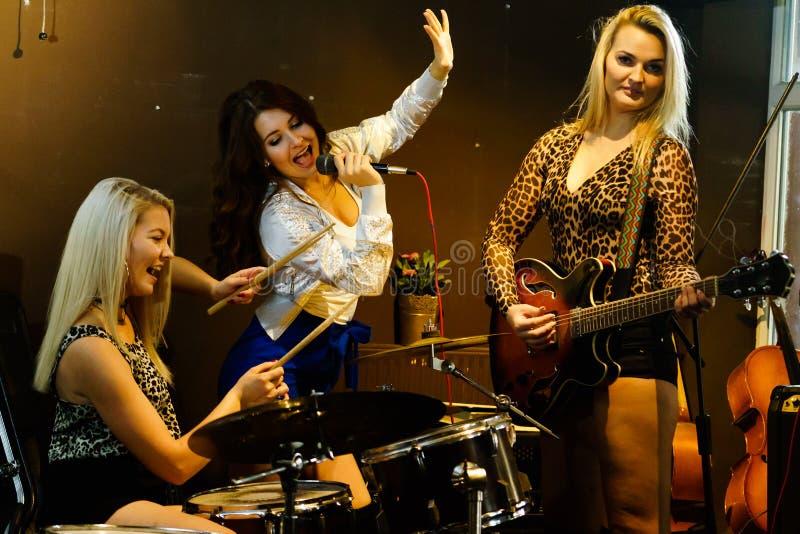 Mulher que canta, faixa que joga instrumentos foto de stock royalty free