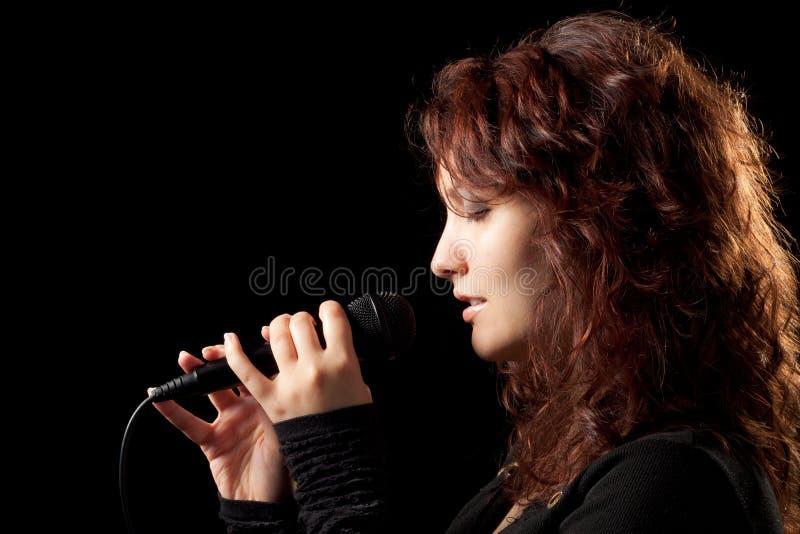 Mulher que canta macia imagem de stock royalty free