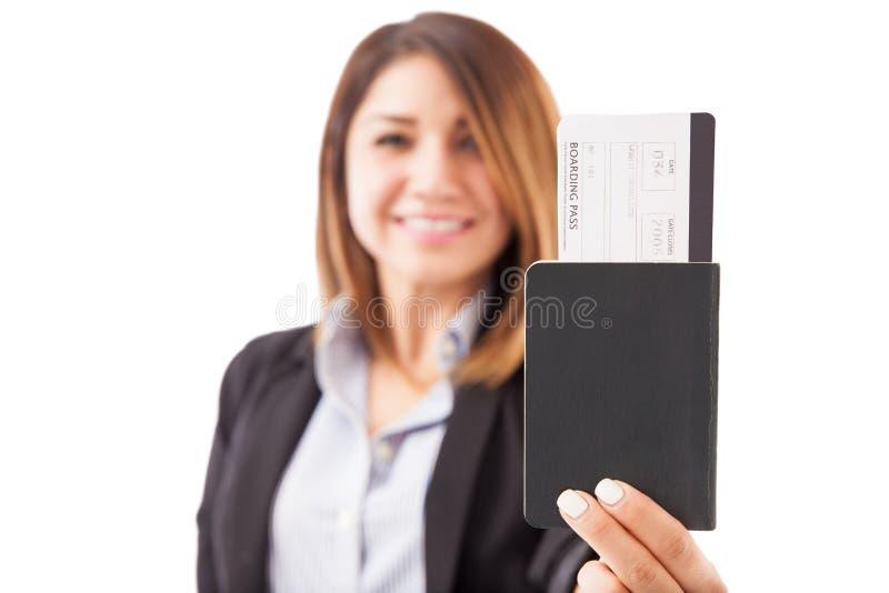 Mulher que cede documentos de viagem foto de stock royalty free