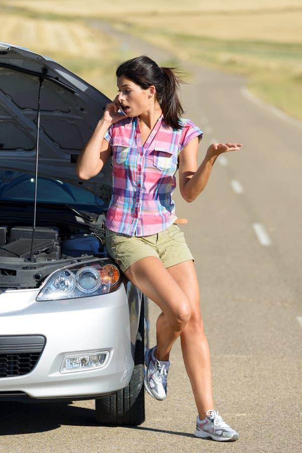 Mulher que chama ao serviço de seguro do carro foto de stock royalty free
