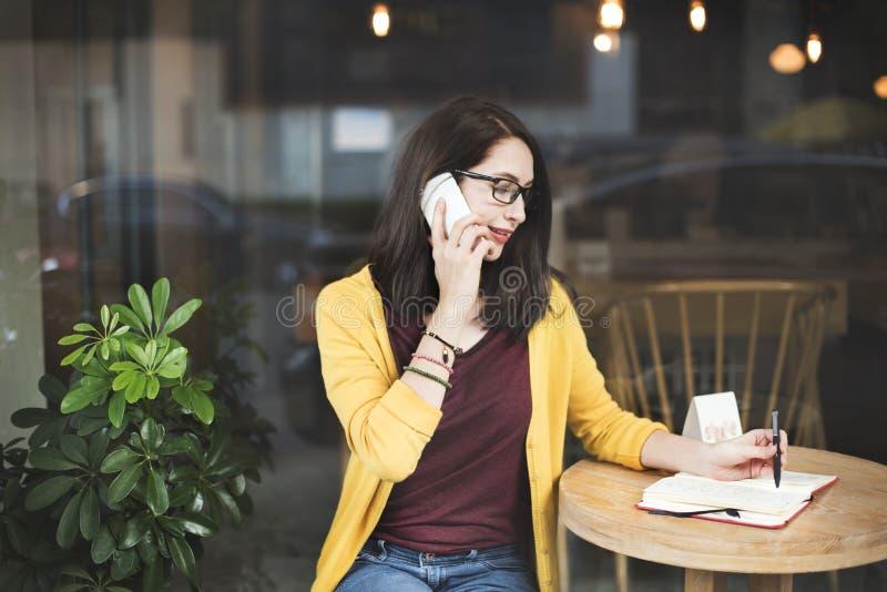 Mulher que chama o conceito esperto da escrita do telefone fotos de stock royalty free