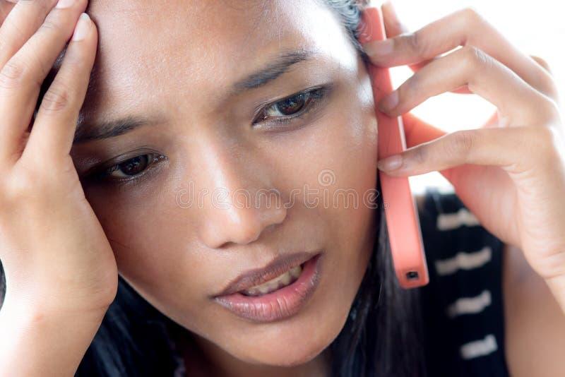 Mulher que chama pelo telefone fotos de stock