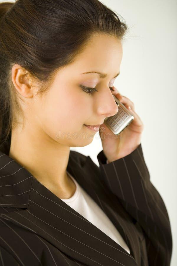 Mulher que chama pelo telefone móvel imagens de stock