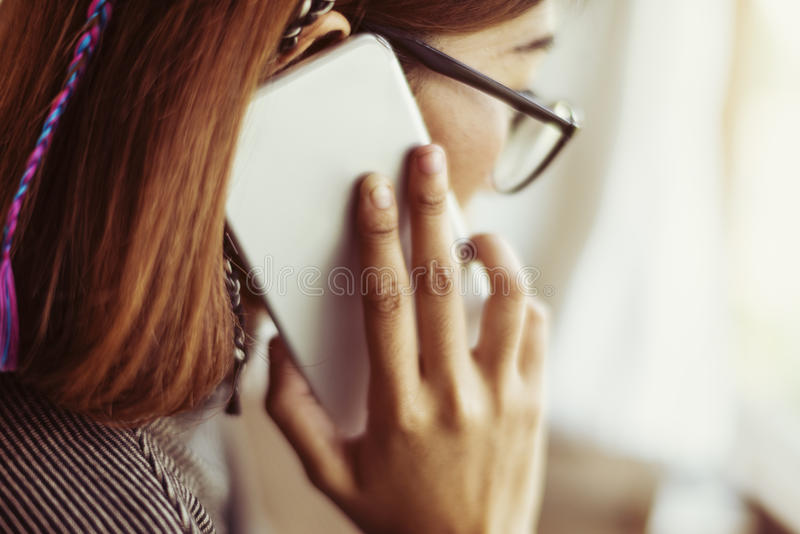 Mulher que chama uma comunicação do telefone celular foto de stock royalty free