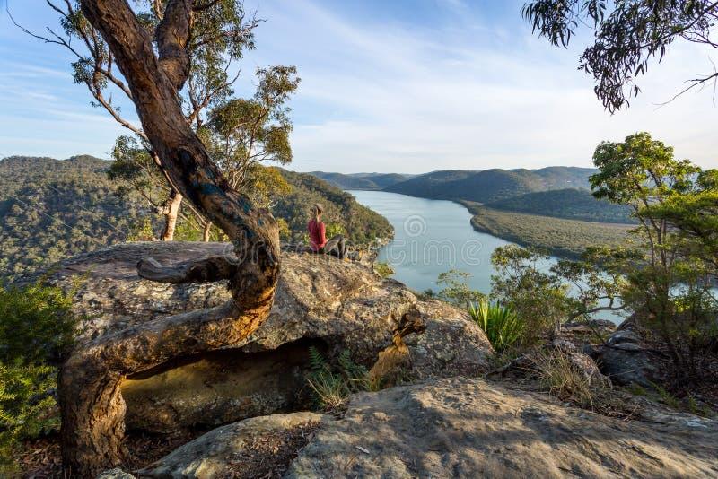 Mulher que chillaxing com opiniões do rio no bushland australiano foto de stock royalty free