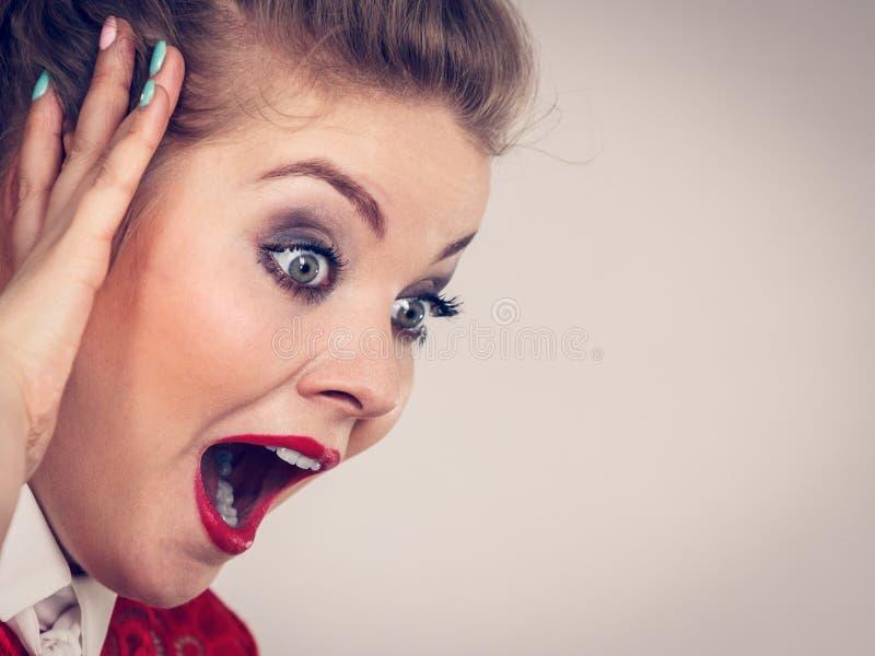 A mulher que choca-se surpreendeu a express?o da cara foto de stock royalty free