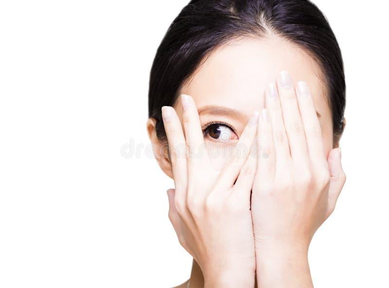Mulher que cobre seus olhos pelas mãos imagens de stock