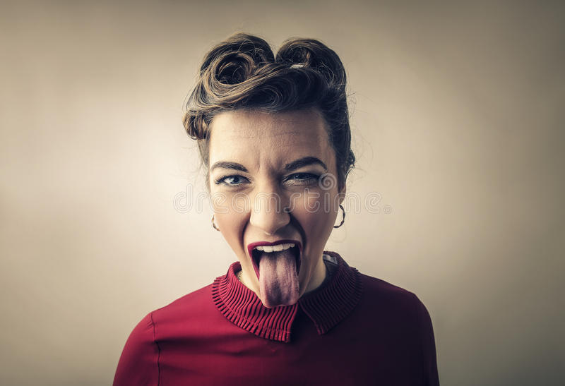 Mulher que cola sua língua foto de stock