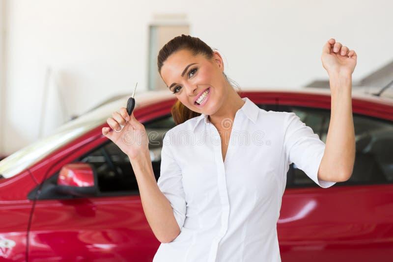 Mulher que coleta o carro novo foto de stock royalty free