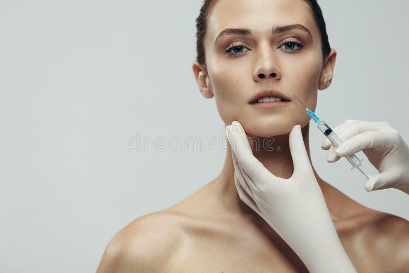 Mulher que começ a injeção cosmética imagens de stock royalty free