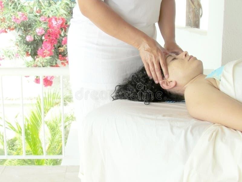 Mulher que começ a massagem fotografia de stock royalty free