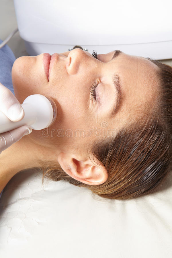 Mulher que começ o tratamento da pele nos termas foto de stock royalty free
