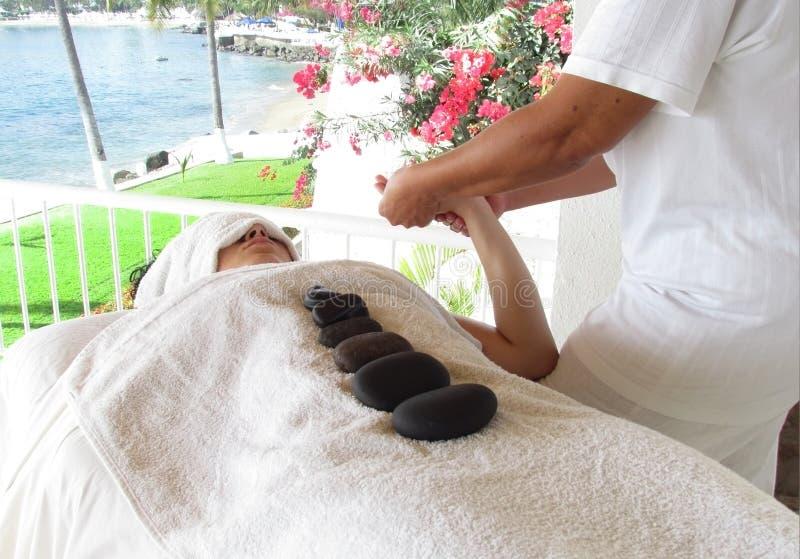 Mulher que começ uma massagem imagem de stock royalty free