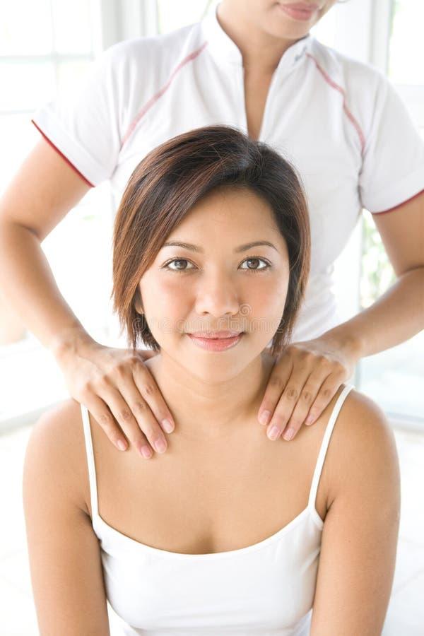 Mulher que começ uma massagem do ombro fotos de stock royalty free