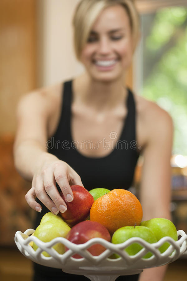 Mulher que come a fruta fotos de stock royalty free