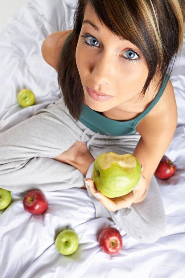 Mulher que come a maçã imagens de stock