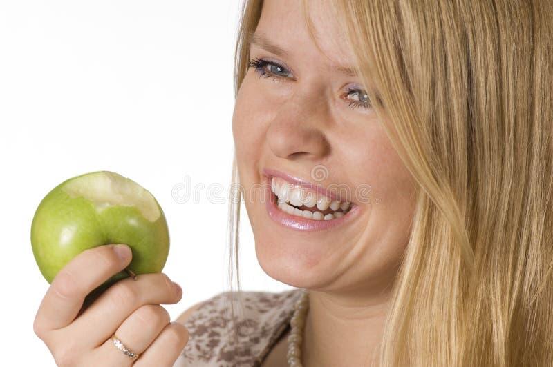 Mulher que come a maçã imagem de stock