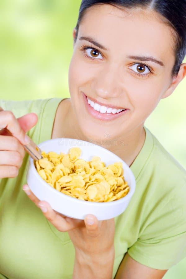 Mulher que come o alimento haelthy imagens de stock