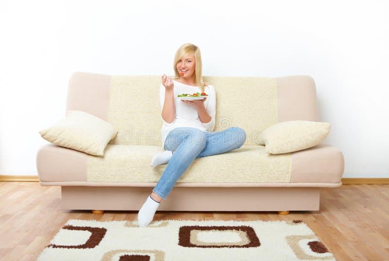 Mulher que come o alimento saudável fotografia de stock