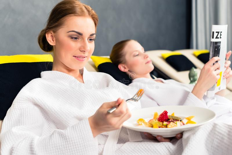 Mulher que come o alimento saud?vel foto de stock royalty free