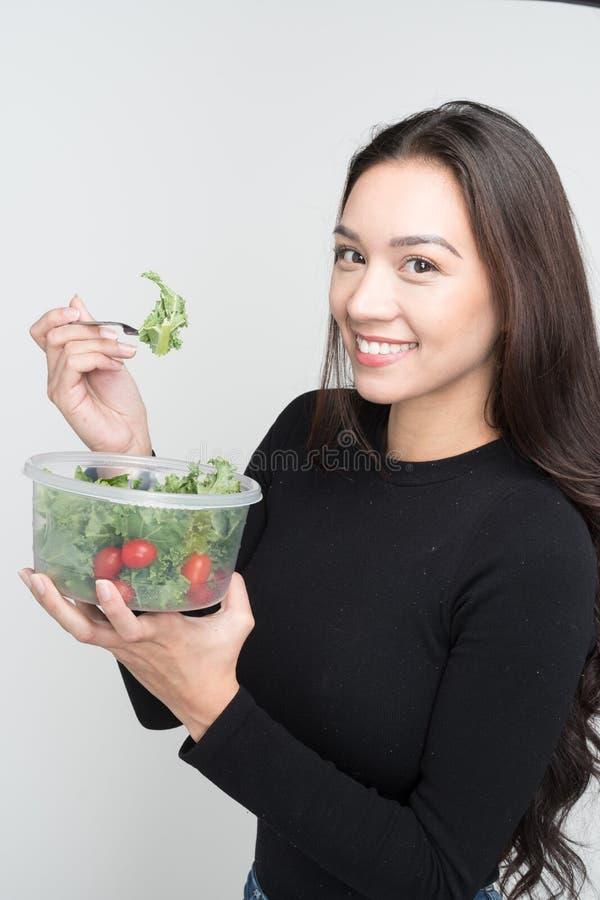 Mulher que come o almoço foto de stock