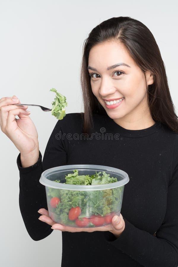 Mulher que come o almoço fotografia de stock