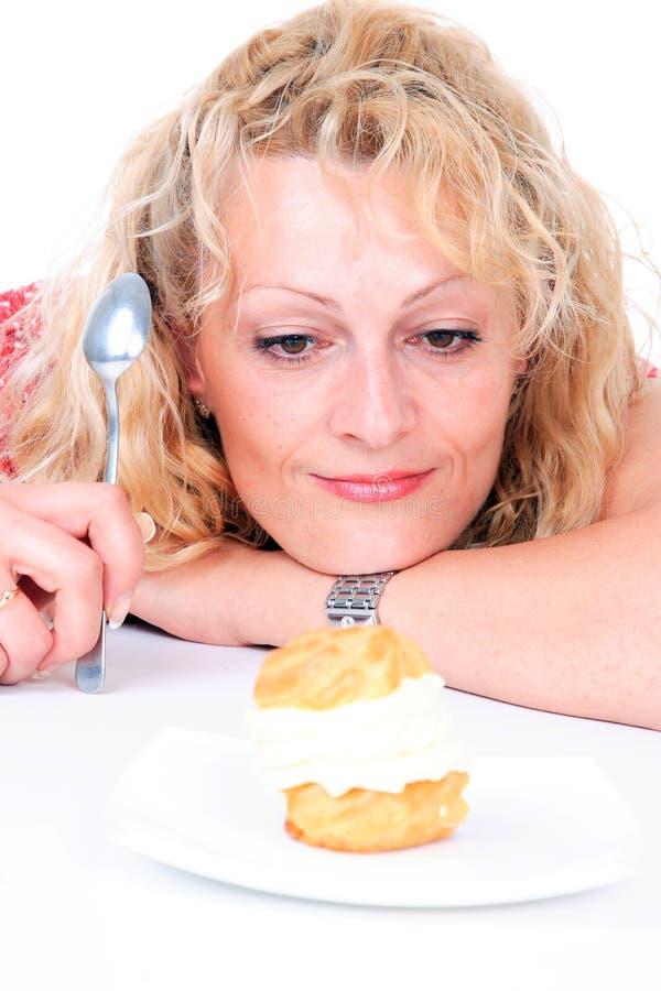 Mulher que come o bolo imagens de stock