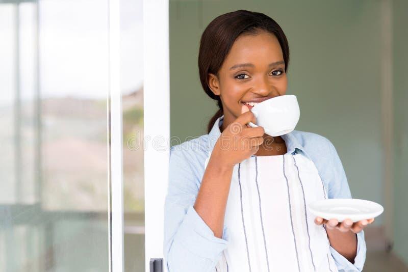 Mulher que come o café fotos de stock