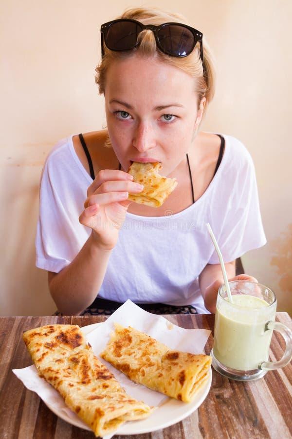 Mulher que come o café da manhã marroquino tradicional na cafetaria imagens de stock royalty free