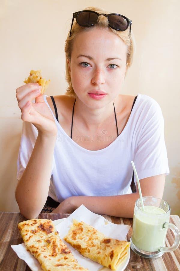 Mulher que come o café da manhã marroquino tradicional na cafetaria imagem de stock