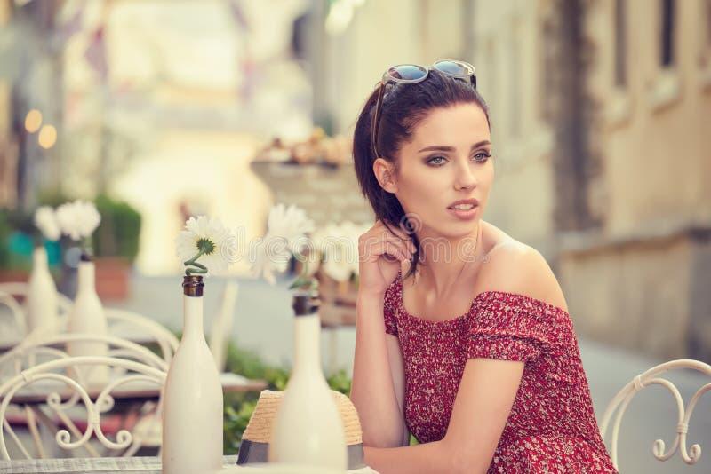 Mulher que come o café italiano no café na rua em Toscana foto de stock
