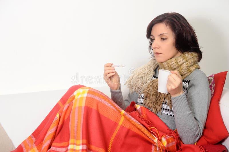 Mulher que come o chá bebendo da garganta inflamada fria imagens de stock