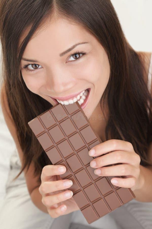 Mulher que come o chocolate fotografia de stock royalty free