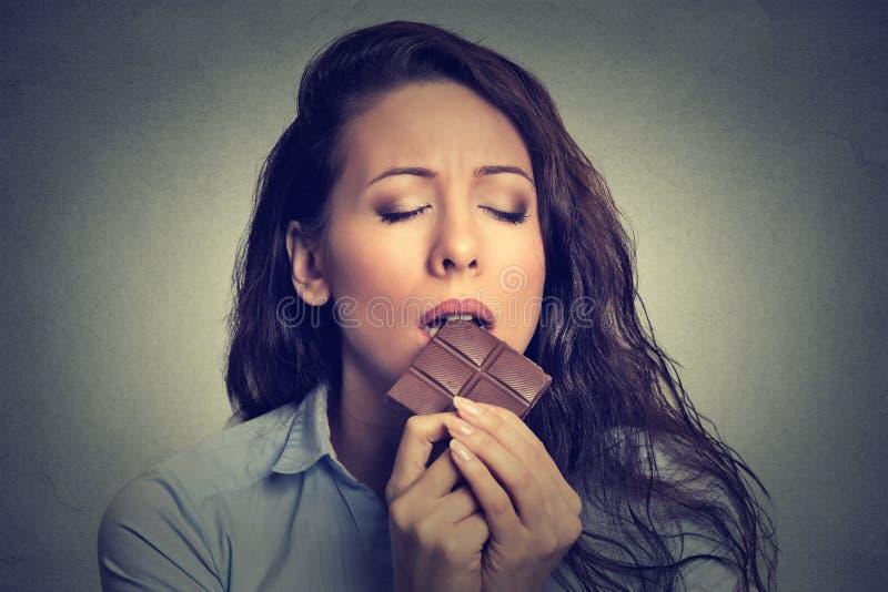 Mulher que come o chocolate foto de stock royalty free