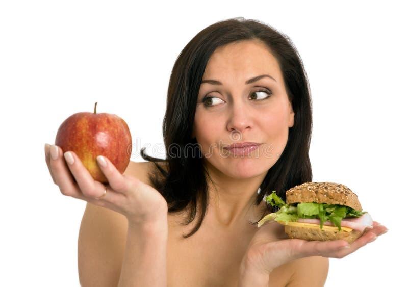 Mulher que come o hamburguer imagem de stock
