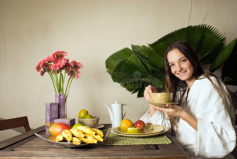 Mulher que come o pequeno almoço - horizontal fotografia de stock