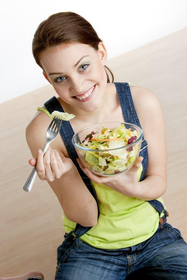 Mulher que come a salada foto de stock
