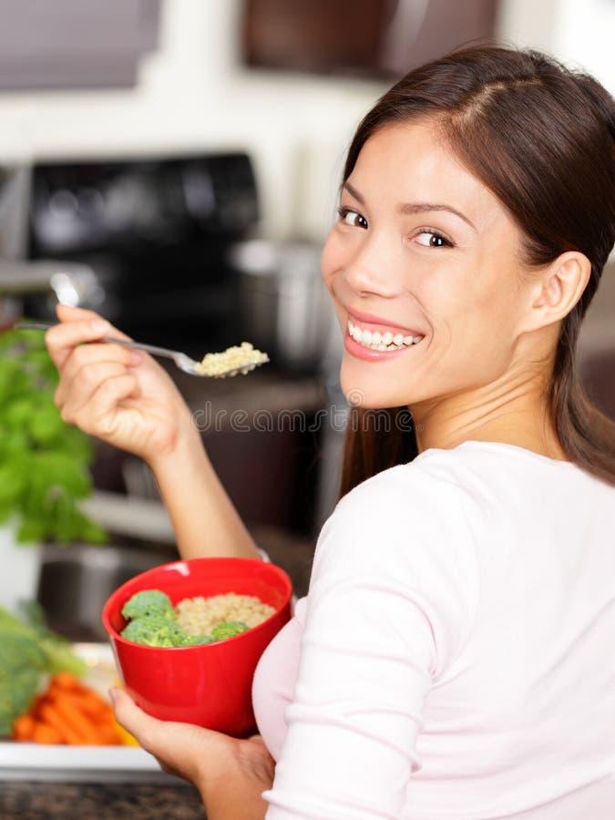 Mulher que come a salada do quinoa fotografia de stock