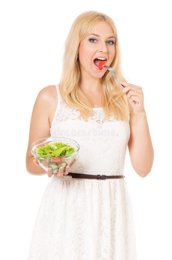 Mulher que come a salada fresca foto de stock