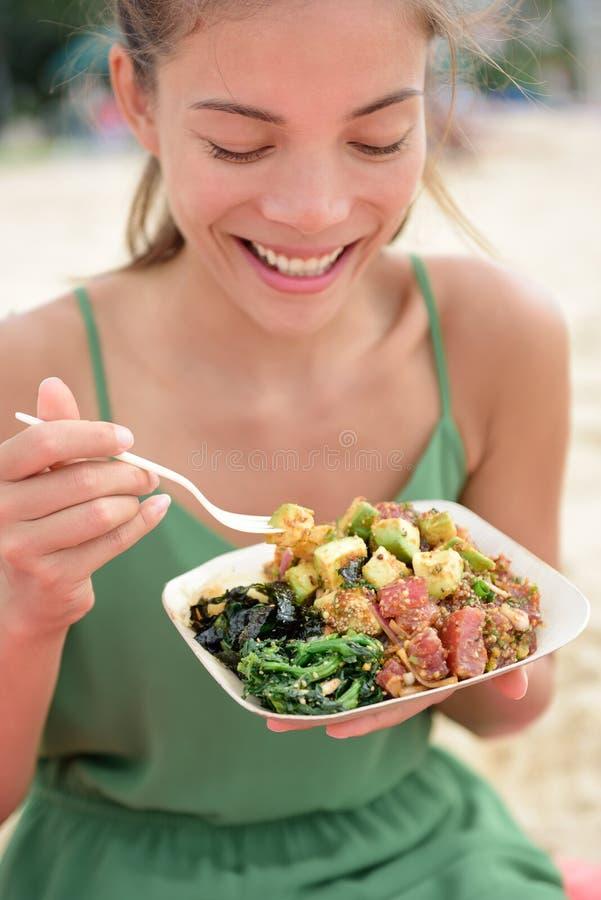 Mulher que come a salada local da bacia do puxão do alimento de Havaí fotos de stock royalty free